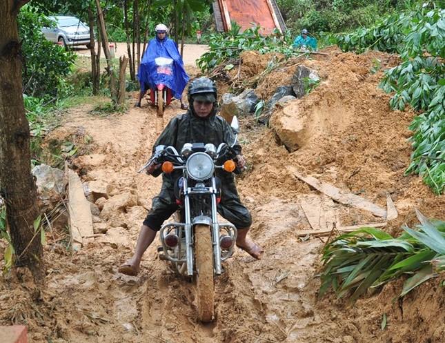 Hàng chục người khiêng sản phụ băng rừng đi cấp cứu - ảnh 1