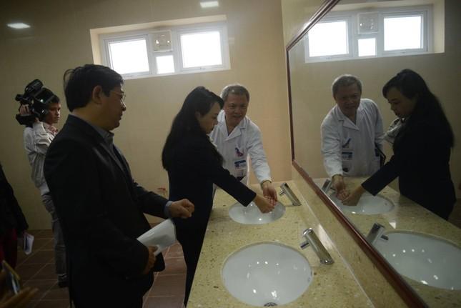 Bệnh viện E tiên phong xây dựng nhà vệ sinh hiện đại cho bệnh nhân - ảnh 1