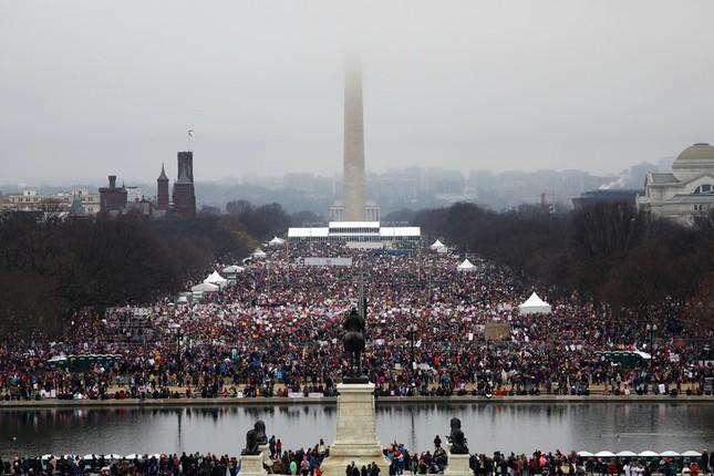 Hàng trăm nghìn người tham gia đại biểu tình phản đối Trump - ảnh 1