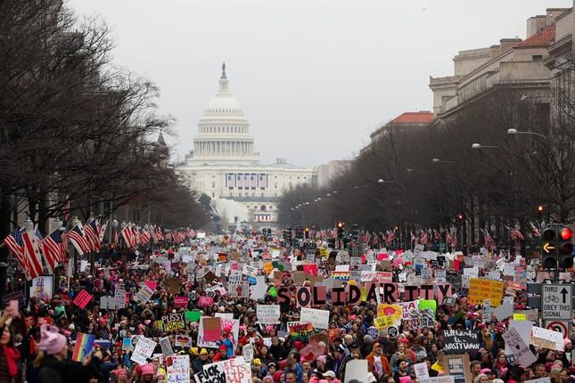 Hàng trăm nghìn người tham gia đại biểu tình phản đối Trump - ảnh 3