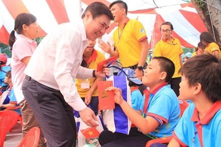 Lãnh đạo TP HCM tặng quà Tết đến 2.000 trẻ nghèo ngày cận Tết Đinh Dậu - ảnh 1