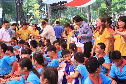 Lãnh đạo TP HCM tặng quà Tết đến 2.000 trẻ nghèo ngày cận Tết Đinh Dậu - ảnh 2