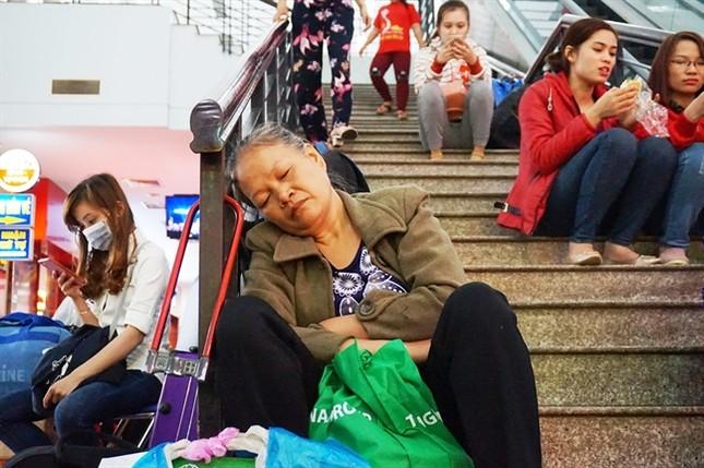 Sợ trễ tàu Tết vì kẹt xe, hàng trăm người trải chiếu nằm chờ giữa sân ga  - ảnh 4