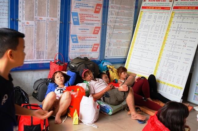 Sợ trễ tàu Tết vì kẹt xe, hàng trăm người trải chiếu nằm chờ giữa sân ga  - ảnh 3