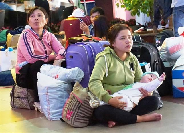 Sợ trễ tàu Tết vì kẹt xe, hàng trăm người trải chiếu nằm chờ giữa sân ga  - ảnh 2