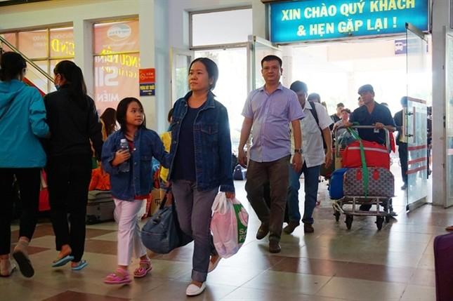 Sợ trễ tàu Tết vì kẹt xe, hàng trăm người trải chiếu nằm chờ giữa sân ga  - ảnh 1