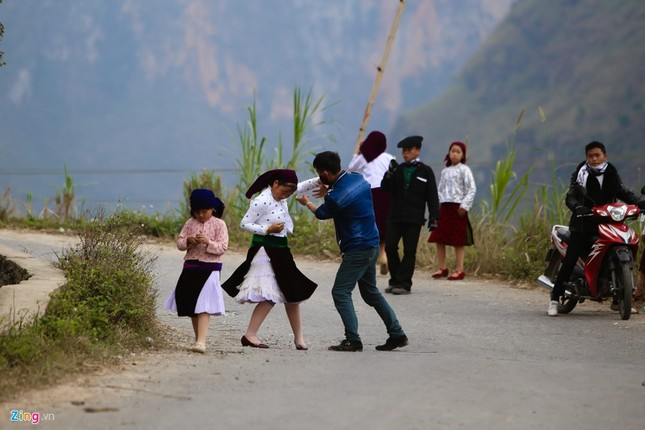 Cảnh bắt người về làm vợ giữa đường vắng ở Hà Giang - ảnh 5