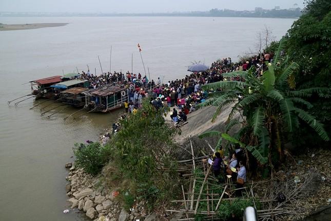 Nghìn người dự lễ phóng sinh gần 10 tấn cá xuống sông Hồng - ảnh 1