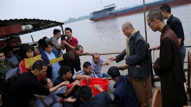 Nghìn người dự lễ phóng sinh gần 10 tấn cá xuống sông Hồng - ảnh 6