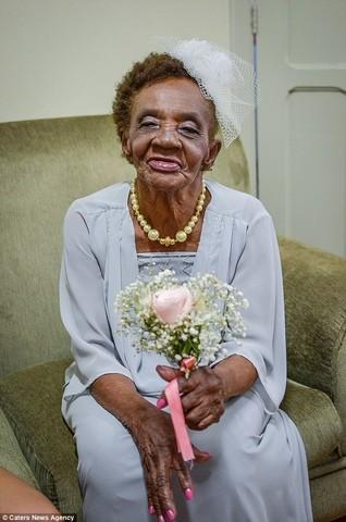 Cô dâu già nhất thế giới đính hôn ở tuổi 106 - ảnh 1