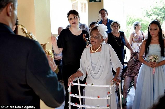Cô dâu già nhất thế giới đính hôn ở tuổi 106 - ảnh 2