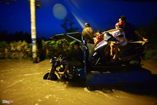 Dân Sài Gòn khốn đốn lội nước ngày triều cường đạt đỉnh  - ảnh 12
