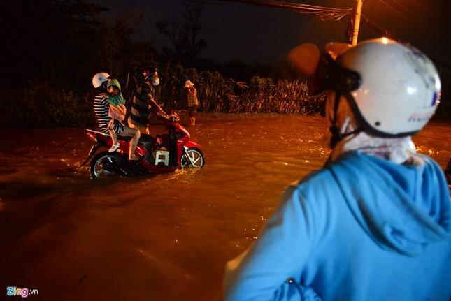 Dân Sài Gòn khốn đốn lội nước ngày triều cường đạt đỉnh  - ảnh 1
