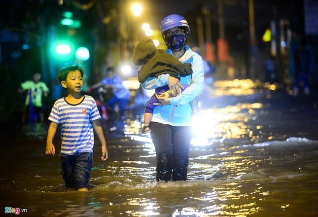 Dân Sài Gòn khốn đốn lội nước ngày triều cường đạt đỉnh  - ảnh 2