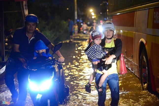 Dân Sài Gòn khốn đốn lội nước ngày triều cường đạt đỉnh  - ảnh 3