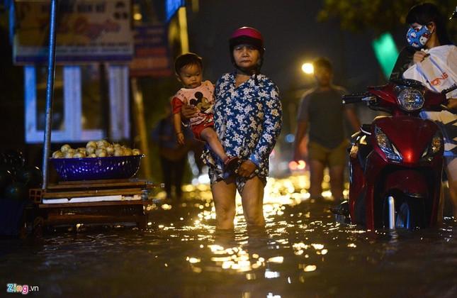 Dân Sài Gòn khốn đốn lội nước ngày triều cường đạt đỉnh  - ảnh 4