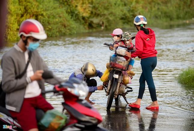 Dân Sài Gòn khốn đốn lội nước ngày triều cường đạt đỉnh  - ảnh 5