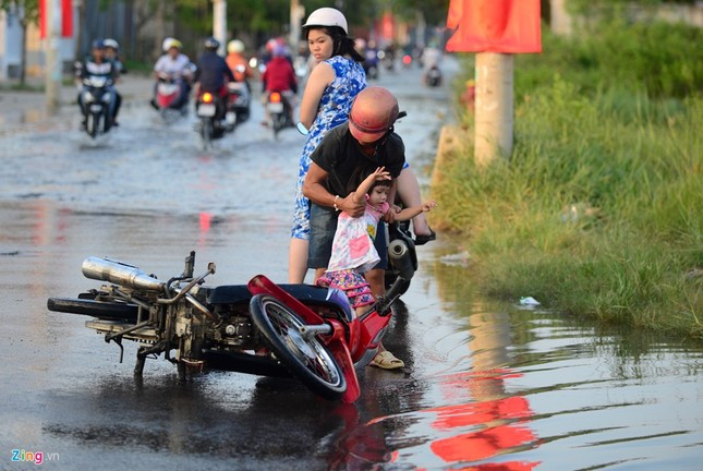 Dân Sài Gòn khốn đốn lội nước ngày triều cường đạt đỉnh  - ảnh 6
