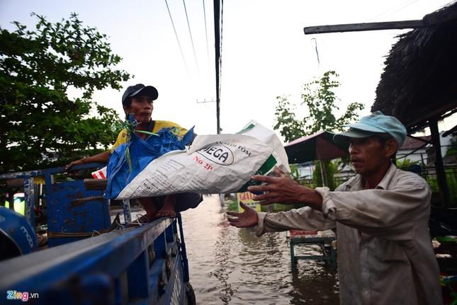 Dân Sài Gòn khốn đốn lội nước ngày triều cường đạt đỉnh  - ảnh 7