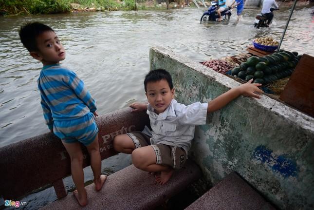 Dân Sài Gòn khốn đốn lội nước ngày triều cường đạt đỉnh  - ảnh 8