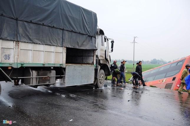 Tai nạn liên hoàn, xe khách chở 20 người văng xuống ruộng - ảnh 1
