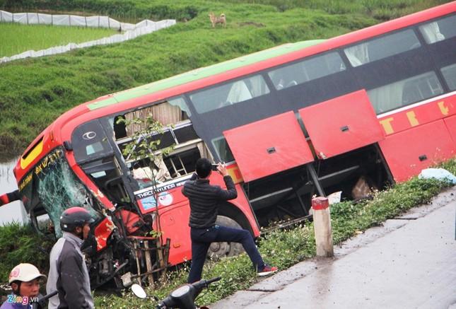Tai nạn liên hoàn, xe khách chở 20 người văng xuống ruộng - ảnh 2