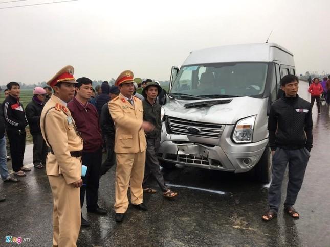 Tai nạn liên hoàn, xe khách chở 20 người văng xuống ruộng - ảnh 3