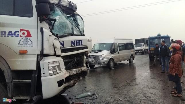 Tai nạn liên hoàn, xe khách chở 20 người văng xuống ruộng - ảnh 4