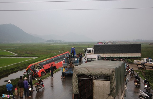 Tai nạn liên hoàn, xe khách chở 20 người văng xuống ruộng - ảnh 5