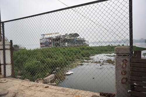 Hồ Tây hôi thối, ngập rác sau khi tháo dỡ nhà hàng nổi - ảnh 9
