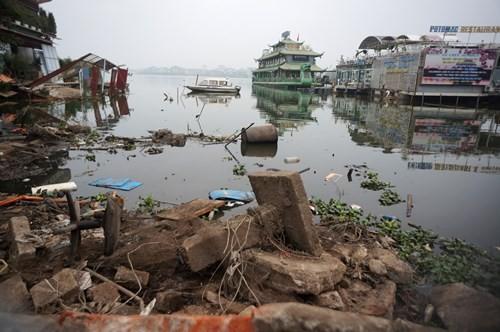 Hồ Tây hôi thối, ngập rác sau khi tháo dỡ nhà hàng nổi - ảnh 12
