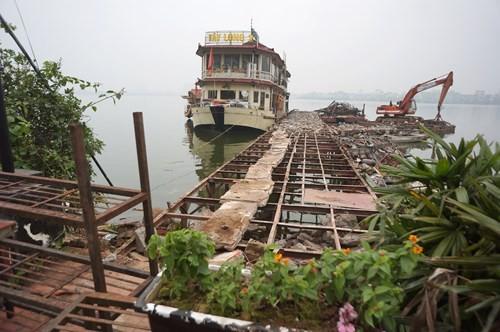 Hồ Tây hôi thối, ngập rác sau khi tháo dỡ nhà hàng nổi - ảnh 11