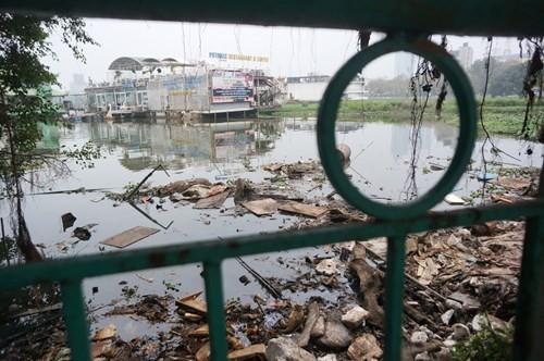 Hồ Tây hôi thối, ngập rác sau khi tháo dỡ nhà hàng nổi - ảnh 1