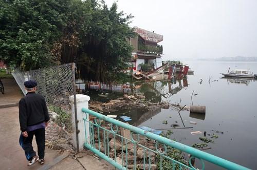 Hồ Tây hôi thối, ngập rác sau khi tháo dỡ nhà hàng nổi - ảnh 4