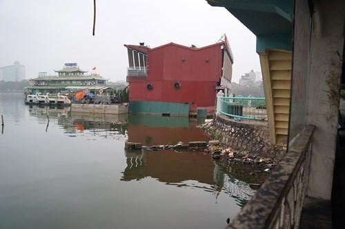 Hồ Tây hôi thối, ngập rác sau khi tháo dỡ nhà hàng nổi - ảnh 5