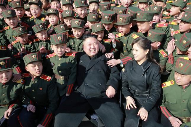Vợ Kim Jong Un tái xuất tươi tắn bên chồng sau nhiều tháng - ảnh 1
