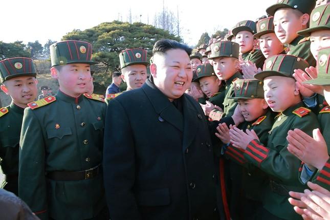Vợ Kim Jong Un tái xuất tươi tắn bên chồng sau nhiều tháng - ảnh 2