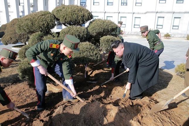 Vợ Kim Jong Un tái xuất tươi tắn bên chồng sau nhiều tháng - ảnh 3