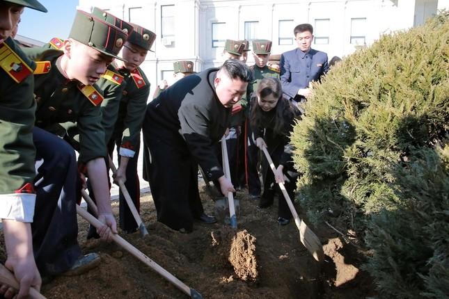 Vợ Kim Jong Un tái xuất tươi tắn bên chồng sau nhiều tháng - ảnh 4