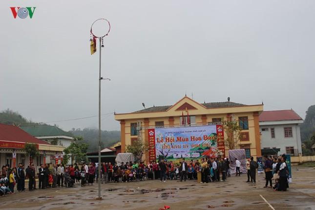 """Xem thi bắt cá, thêu khăn Piêu ở Lễ hội """"Mùa hoa Ban"""" Sơn La - ảnh 1"""