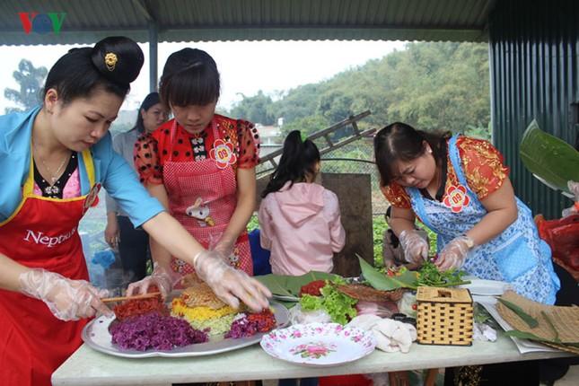 """Xem thi bắt cá, thêu khăn Piêu ở Lễ hội """"Mùa hoa Ban"""" Sơn La - ảnh 9"""