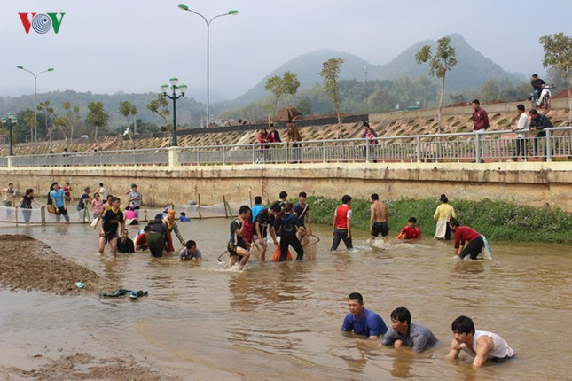 """Xem thi bắt cá, thêu khăn Piêu ở Lễ hội """"Mùa hoa Ban"""" Sơn La - ảnh 12"""