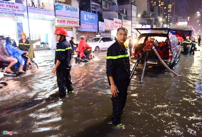 Dân Sài Gòn chống chọi với mưa ngập trái mùa - ảnh 7