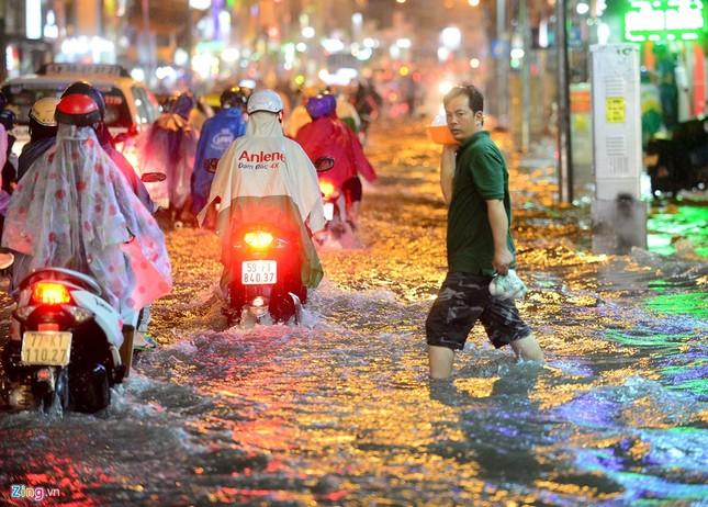 Dân Sài Gòn chống chọi với mưa ngập trái mùa - ảnh 1