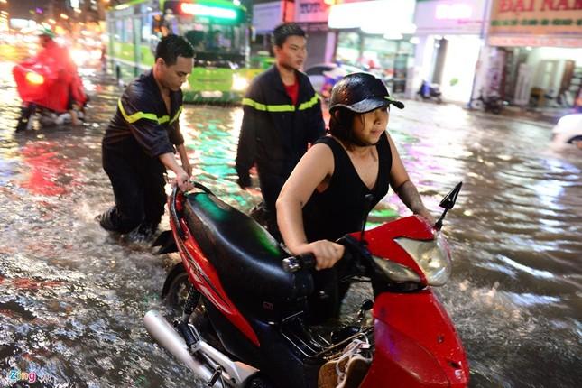 Dân Sài Gòn chống chọi với mưa ngập trái mùa - ảnh 2