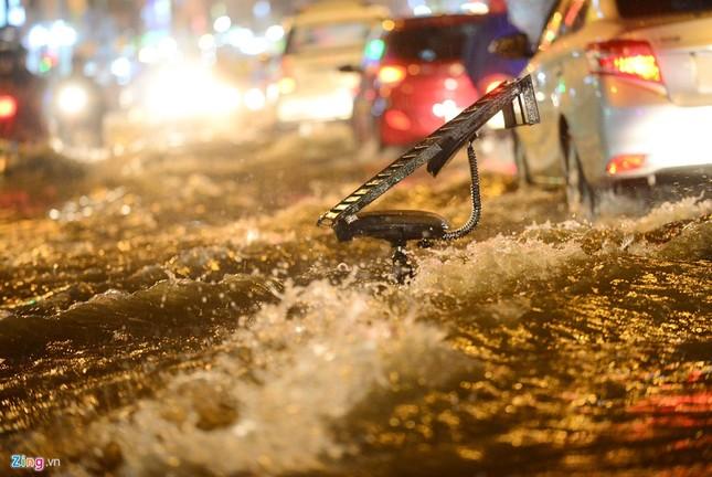 Dân Sài Gòn chống chọi với mưa ngập trái mùa - ảnh 3