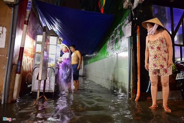 Dân Sài Gòn chống chọi với mưa ngập trái mùa - ảnh 4