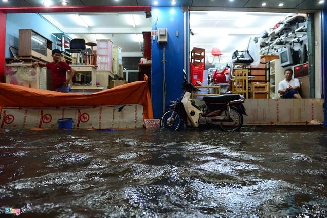 Dân Sài Gòn chống chọi với mưa ngập trái mùa - ảnh 5