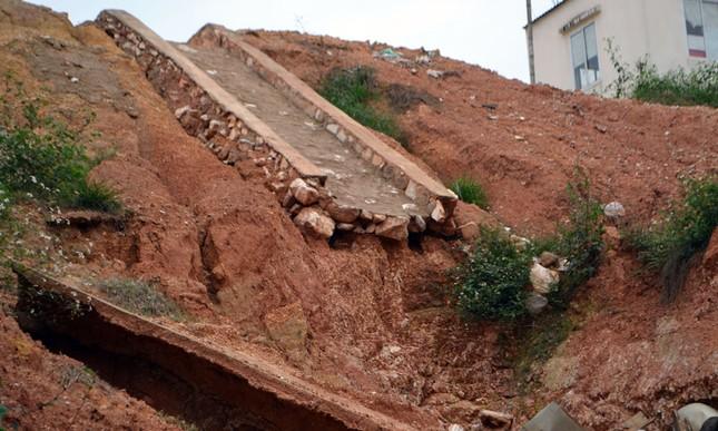 Công trình hơn 700 tỷ ở Nghệ An chưa xong đã sạt lở, nứt toác - ảnh 1