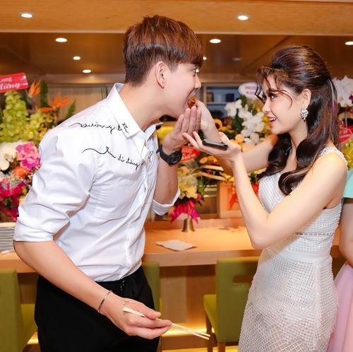 Mặc tin đồn ly hôn, Tim vẫn chăm sóc Trương Quỳnh Anh quá ân cần - ảnh 2